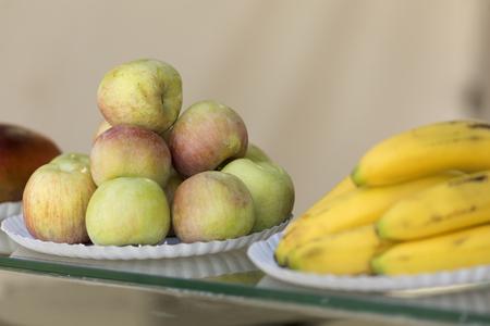 Appelen gestapeld op een bord te koop in een Spaanse markt. Horizontaal schot. Stockfoto