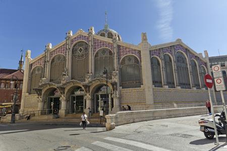 バレンシア、スペイン。2017年10月25日:バレンシア市の中央市場は、フランチェスク・グーによって1914年に始まったバレンシアのモダニズムスタイル