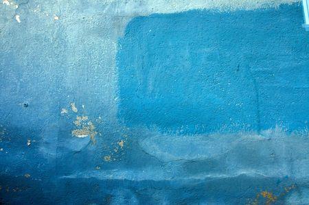 weather beaten: Vecchio muro di cracking con vernice blu in diverse sfumature