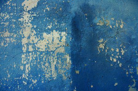 weather beaten: Vecchio muro di cracking con vernice blu