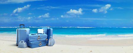 maletas de viaje: Mont�n de equipaje en una playa tropical