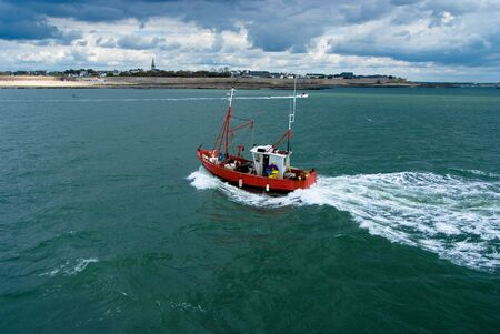 fischerboot: Fischerboot vor der K�ste Britton auf einem st�rmischen Tag