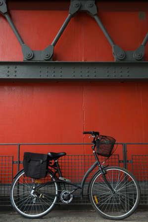 bicicleta retro: Retro bicicleta contra un medio ambiente urbano del siglo 19