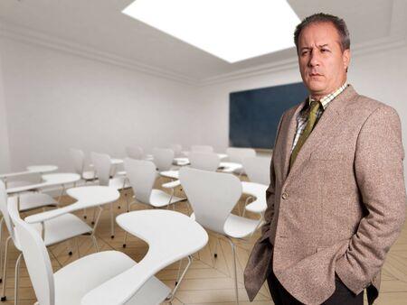 director de escuela: Hombre de aspecto grave en un sal�n de clases