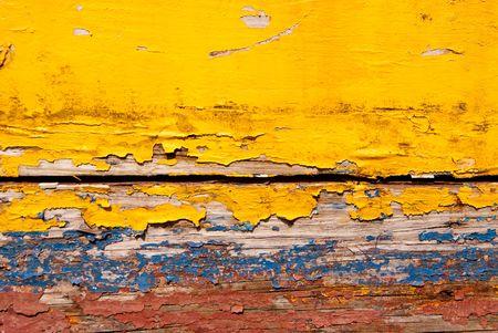weather beaten: Vecchio tempo picchiato legno dipinto in giallo blu e rosso  Archivio Fotografico