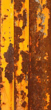 weather beaten: Arrugginito tavole metallici con un pelati off vernice gialla