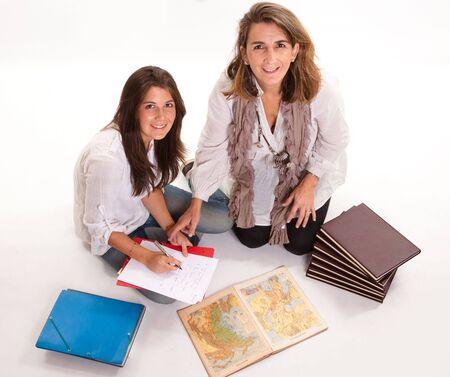 madre trabajadora:  Imagen aislado de una madre ayudando a su hija con deberes