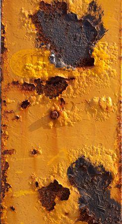 weather beaten: Superficie di metallo arrugginito dipinto in giallo