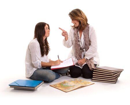 madre trabajadora: Enojado de la madre y su hija adolescente y deberes