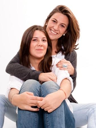 madre e hija adolescente:  Imagen aislado de una madre con su hija adolescente