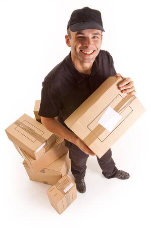 corriere:  Immagine isolata di un messaggero offrendo un sacco di scatole