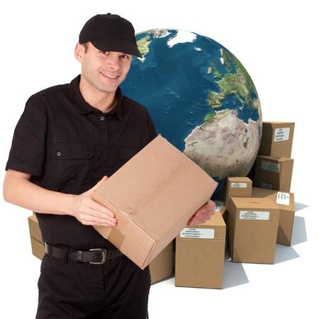 corriere: Messenger detiene un pacchetto con un mondo di carta e cartone scatole come sfondo