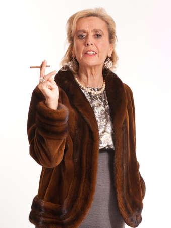 visone: Ritratto di una signora elegante, anziano in una pelliccia di visone che fuma un sigaro