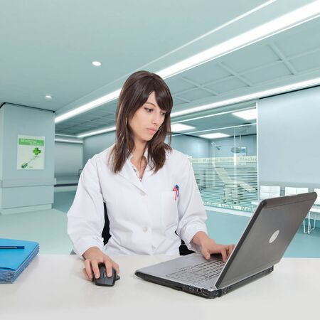 Jeune femme hôpital administrative dans un bureau à la salle l'hôpital