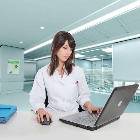 administrative:  Joven mujer hospital administrativa en una mesa en la sala de hospital