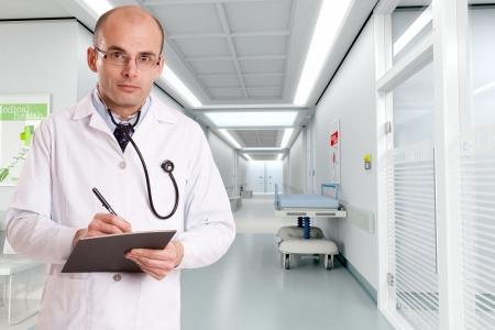 historia clinica: M�dico tomando notas en la entrada del pasillo de un hospital