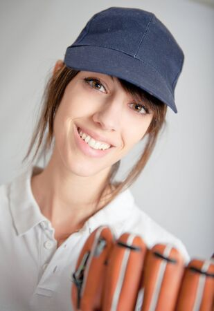 guante beisbol: Mujer joven con un guante de b�isbol Foto de archivo