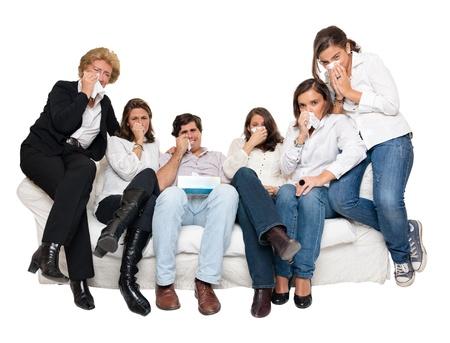 niño llorando: Un grupo de miembros de la familia sentado en casa viendo la televisión llorando