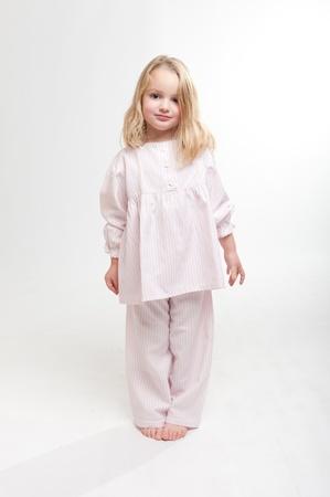 piedi nudi di bambine: Cute bambina bionda in pigiama Archivio Fotografico