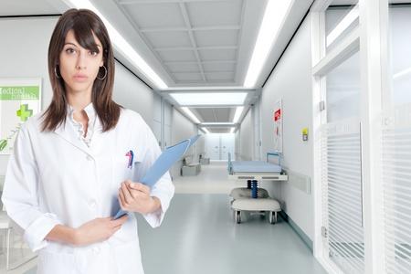 historia clinica:   Joven enfermera permanente por un pasillo de hospital