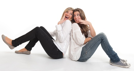 amigas conversando: Dos jóvenes amigas felices de confidencias