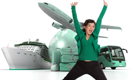 voyage: Femme heureuse célébrant son départ pour une tournée mondiale