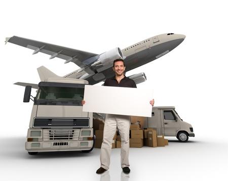 Ein Mann hält eine leere Nachricht Bord mit der Welt, Stapel von Paketen, LKW, Transporter und Flugzeug auf dem Hintergrund
