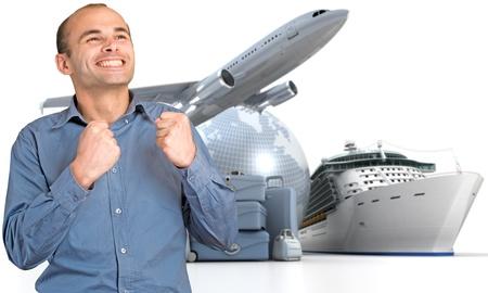 agencia de viajes: Feliz el hombre la celebraci�n de su partida en una gira mundial