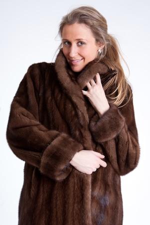 mink: Giovane donna che indossa una pelliccia di visone Archivio Fotografico