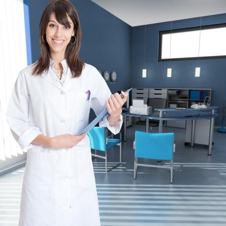 bata de laboratorio: Sonriente mujer joven que llevaba una bata de laboratorio en el interior de una oficina