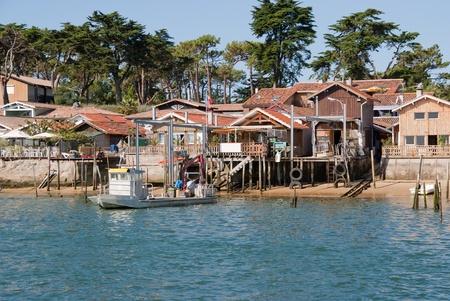 transformed: Caba�as de pescadores viejos sobre pilotes transformado en casas de vacaciones