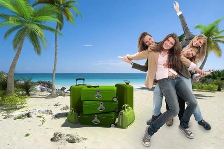 agencia de viajes: Un grupo de mujeres que celebran felices en un fondo de viajes exóticos Foto de archivo