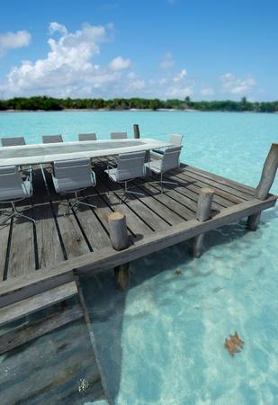 peer to peer: Mesa de reuniones de negocios en un par por una id�lica playa Foto de archivo