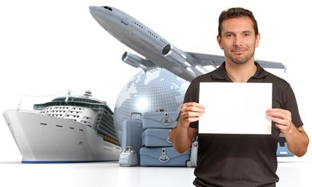 agencia de viajes: Sonriente hombre con un cartel en blanco con un fondo internacional de viaje