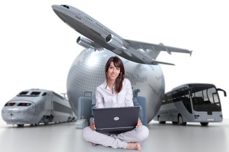 agencia de viajes: Joven mujer sentada en el suelo con un ordenador portátil con un fondo de turismo internacional