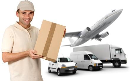 corriere: Un messaggero in possesso di un pacchetto e una flotta di trasporto Archivio Fotografico