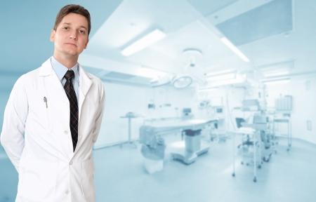 equipos medicos: M�dico grave var�n con una sala de operaciones en el fondo