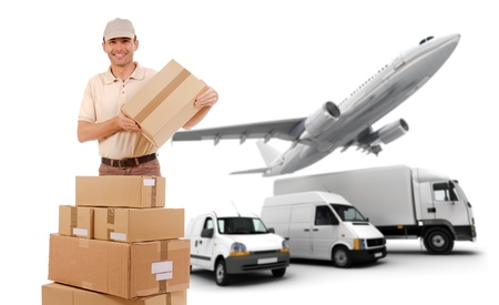 transporte: Un mensajero, paquetes y una flota de transporte Foto de archivo