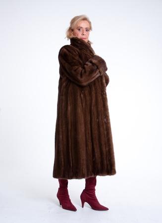 nerts: Senior vrouw met een bontjas
