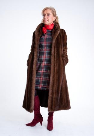 visone: Senior signora che indossa una pelliccia di visone