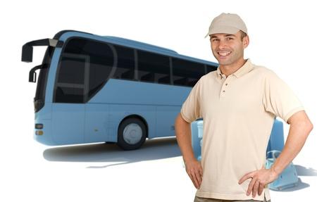 chofer de autobus: Sonriente hombre con gorra de béisbol por un montón de equipaje y un ómnibus Foto de archivo
