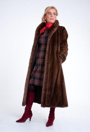donna ricca: Senior signora che indossa un cappotto di visone Archivio Fotografico
