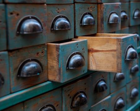 cajones: Cierre de tiro en el pecho en una botica con los cajones abiertos Foto de archivo