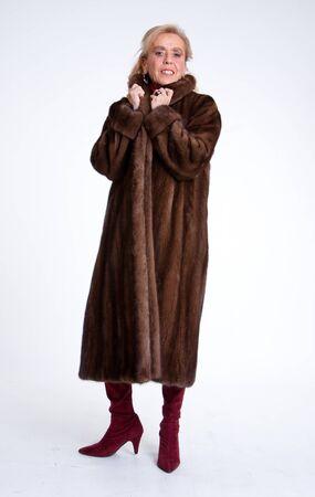 donna ricca: Senior signora che indossa una pelliccia di visone