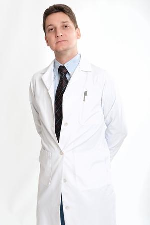 Hombre serio en sus treinta años en bata de laboratorio y corbata Foto de archivo