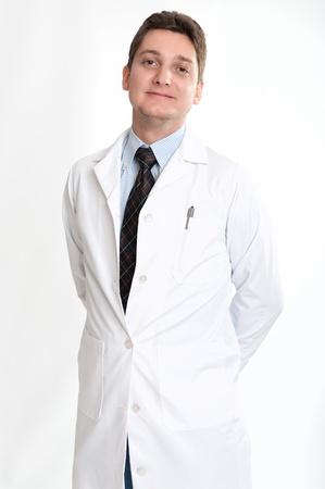bata de laboratorio: Sonriente hombre de unos treinta años en la bata de laboratorio y corbata Foto de archivo
