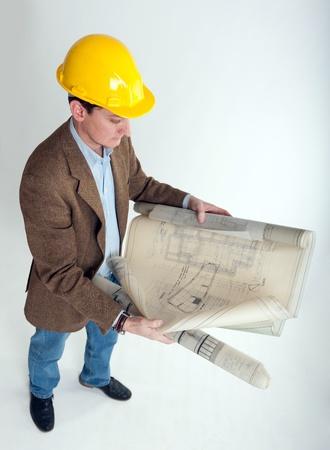 safety helmet: Hombre con casco de seguridad mirando los planos de arquitectura