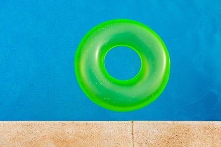schwimmring: Leuchtend gelbe Schwimmer in der Mitte des Pools