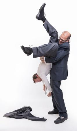 bulling: Hombre grande la celebraci�n de otra boca abajo por los tobillos