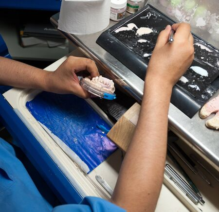 laboratorio dental: Prothesist Dental en el trabajo en su laboratorio Foto de archivo